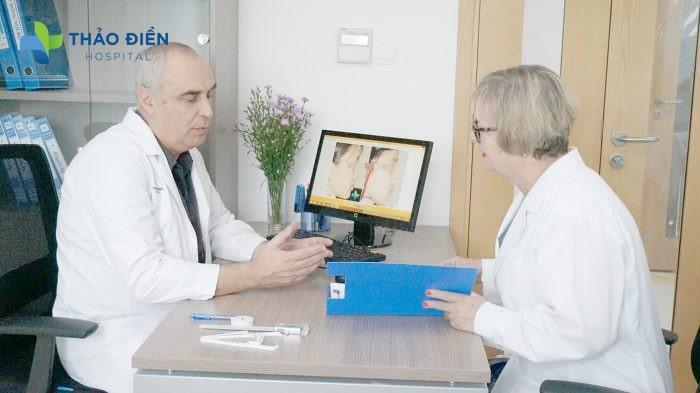 TS.BS. Pascal Oxeda thường xuyên cập nhật công nghệ tiên tiến tại Bệnh Viện