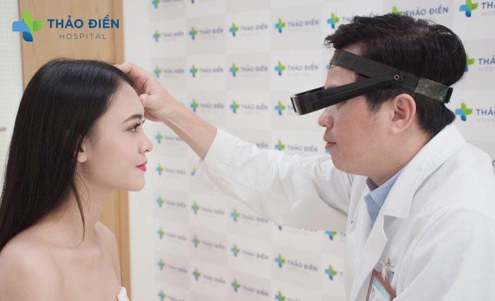 Bác sĩ Thắng (Giám đốc Bệnh Viện Quốc Tế Thảo Điền) trực tiếp tư vấn và thực hiện nhấn mí Angel Eyes cho khách hàng